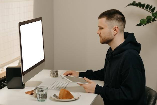 Étude à distance en ligne. un étudiant étudie à distance à l'aide d'un ordinateur tout-en-un.