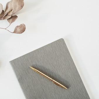 Étude, éducation, concept de travail. livre et branche d'eucalyptus sur blanc