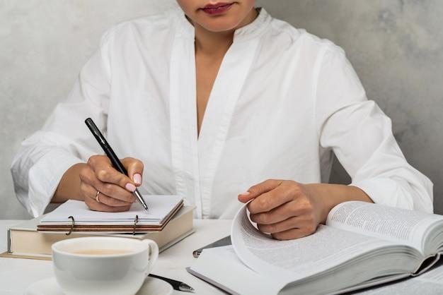 Étude Des étudiants à La Maison. Fille écrire Et Lire Un Livre. Photo Premium