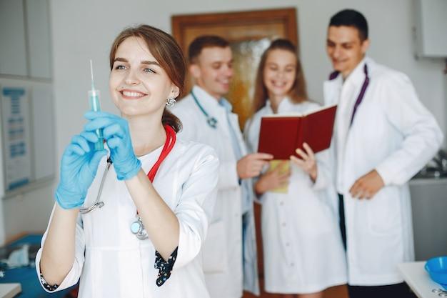 Étude sur les hommes et les femmes en blouse d'hôpital
