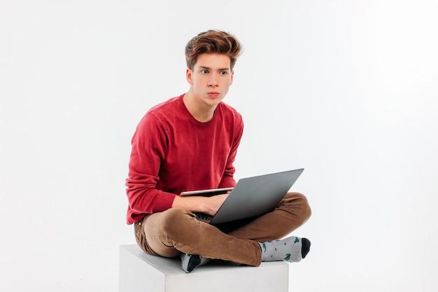 Étudiant, adolescent, travailler, à, ordinateur portable, et, tablette
