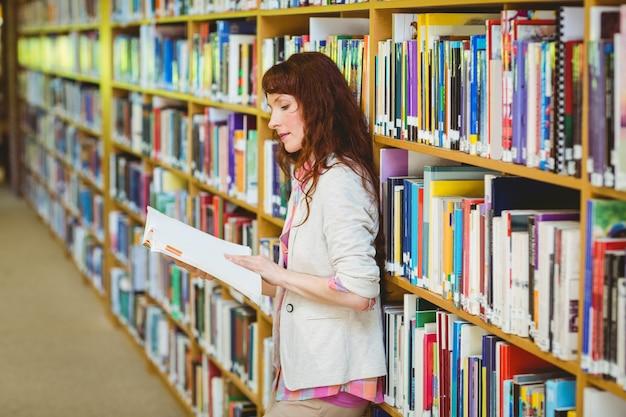 Étudiant adulte à la bibliothèque