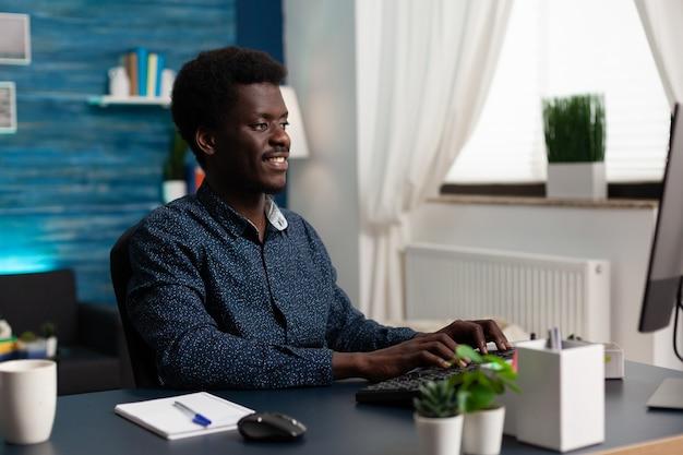 Étudiant en affaires tapant la stratégie de marketing travaillant au cours universitaire