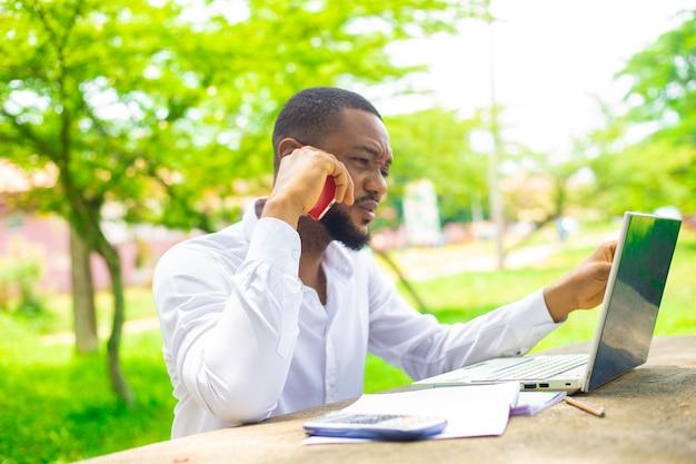 Étudiant africain étudiant sur le campus