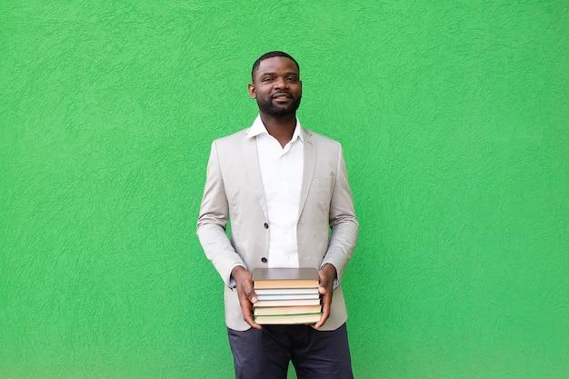 Étudiant afro-américain avec un livre sur fond vert