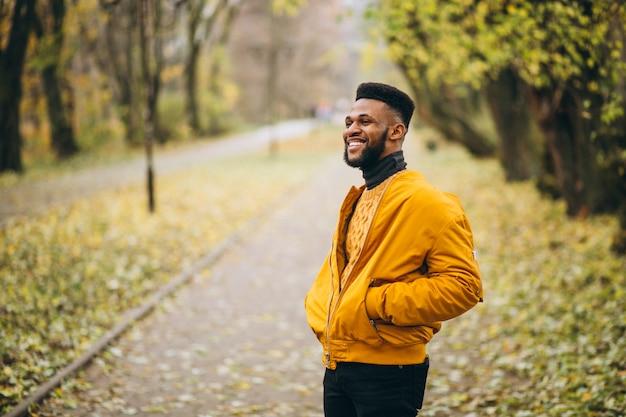 Étudiant afro-américain marchant dans le parc