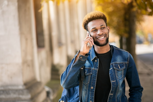 Étudiant afro-américain avec téléphone