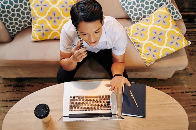 Étudiant appelant au téléphone