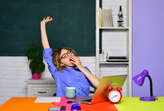 Étudiant apprenant dans le processus éducatif de l'auditorium ennuyé étudiant fille se préparant à l'examen fatigué