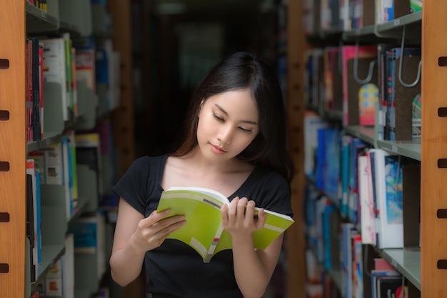 Étudiant asiatique en bibliothèque sur le campus
