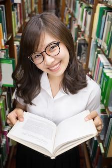 Étudiant asiatique en bibliothèque