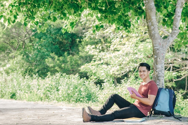 Étudiant asiatique confiant dans le parc