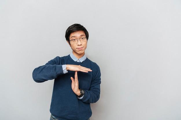 Un étudiant asiatique exprime des protestations.