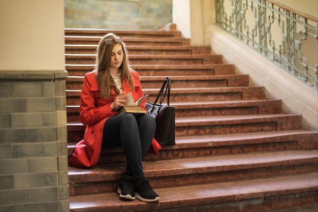 Étudiant assis sur les escaliers
