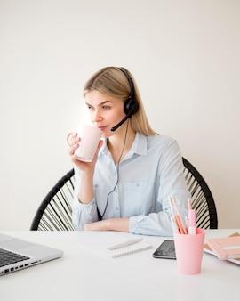 Étudiant, boire, café, tasse