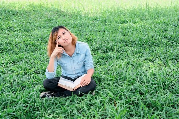 Étudiant calme en pensant à l'extérieur