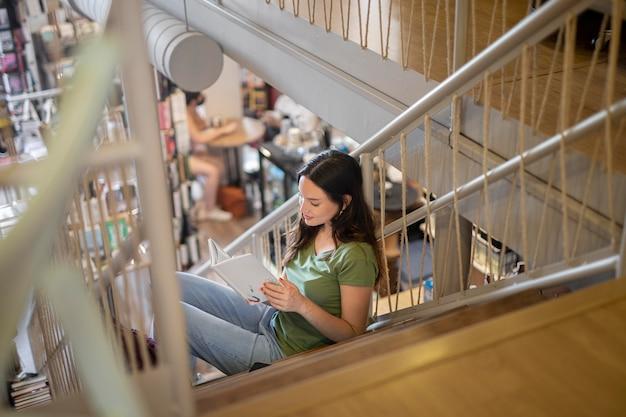 Étudiant complet apprenant dans les escaliers