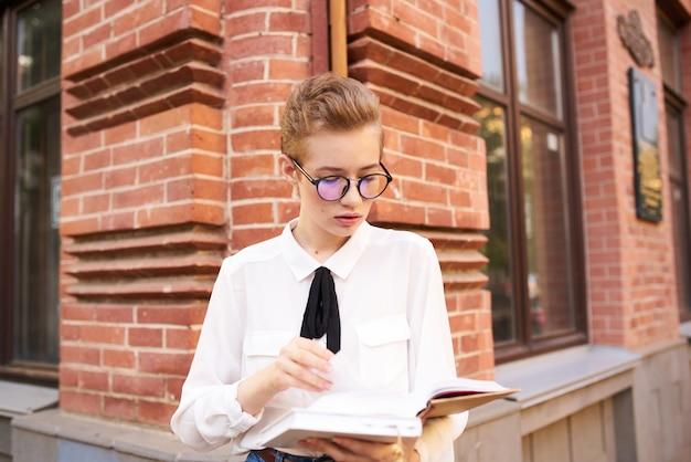 Étudiant dans la rue près du bâtiment reste communication