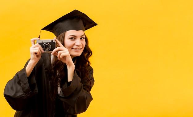 Étudiant diplômé avec caméra
