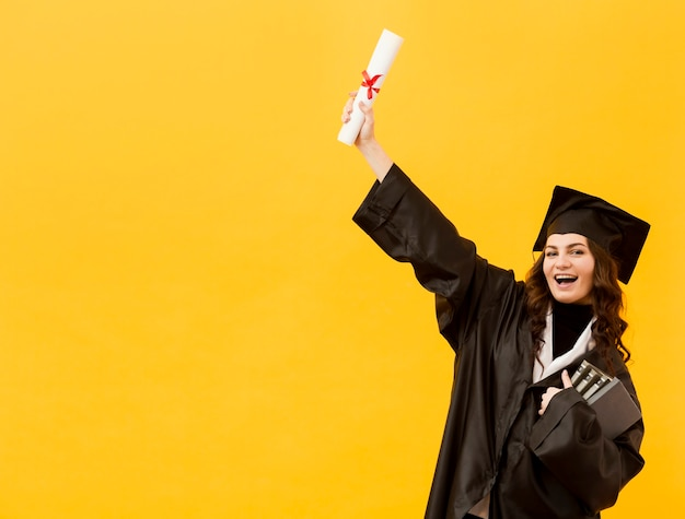 Étudiant diplômé à plan moyen avec toge