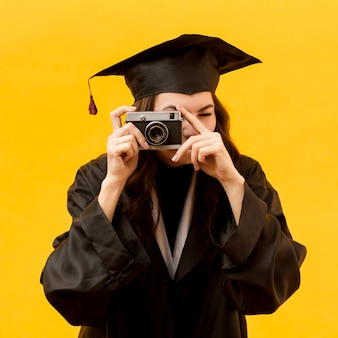 Étudiant diplômé prenant des photos