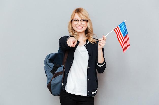 Étudiant avec drapeau