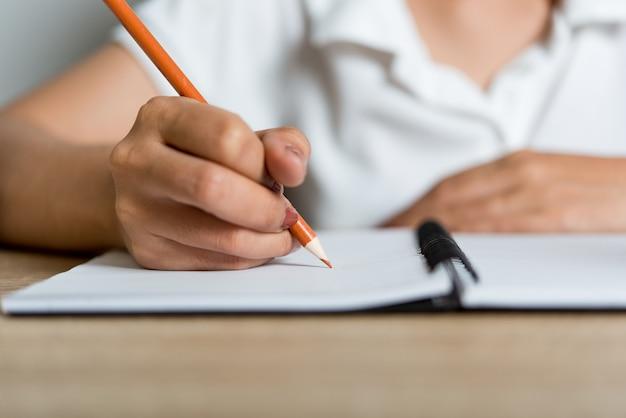 Étudiant écrit