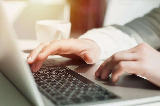 Étudiant en éducation de style de vie. homme d'affaires travaillant sur un ordinateur portable pour le projet.