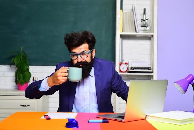 Un étudiant endormi boit du café, un enseignant s'ennuie se préparant à un examen universitaire, un processus éducatif fatigué