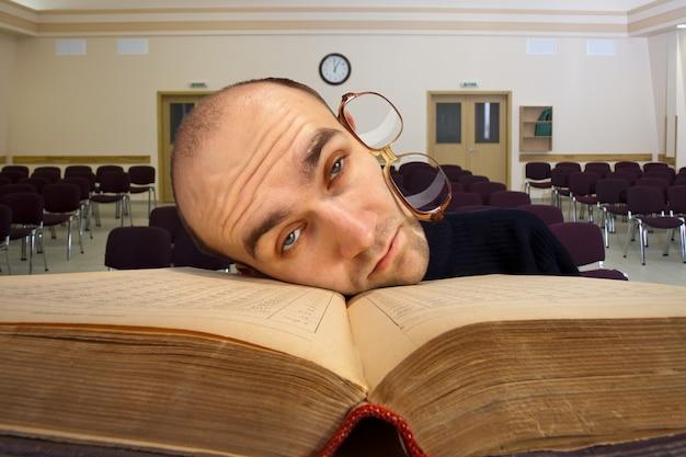 Étudiant endormi épuisé