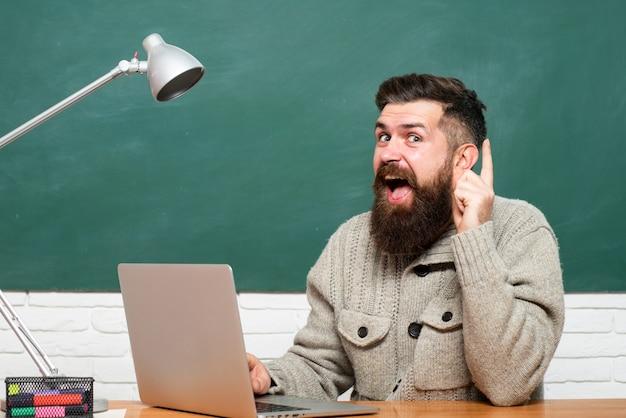 Étudiant étudiant l'examen difficile. jeune étudiante prête à passer les tests d'examen. le jour du professeur. étudiant