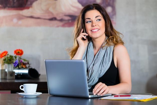 Étudiant, ou, femme affaires, travailler, dans, café