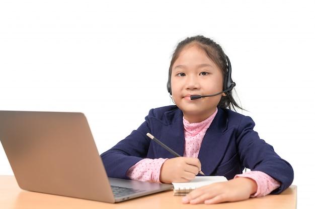 Étudiant fille mignonne porter des écouteurs étudier en ligne avec l'enseignant isolé