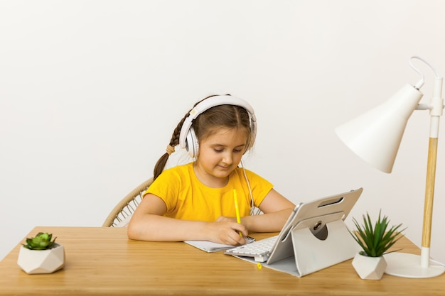 Étudiant fille portant un casque étude en ligne avec apprentissage par appel vidéo