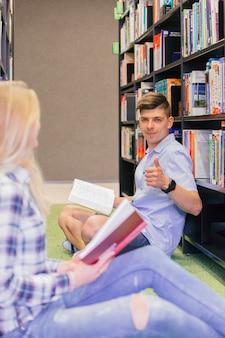 Étudiant gesticulant pouce vers le haut