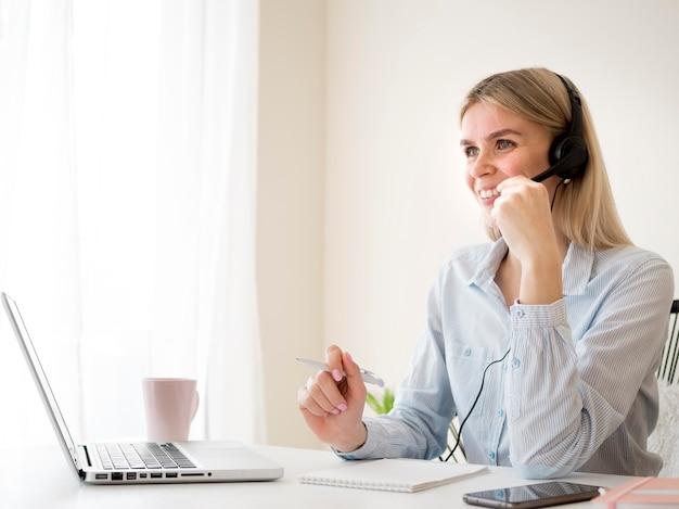 Étudiant heureux assistant à un cours en ligne