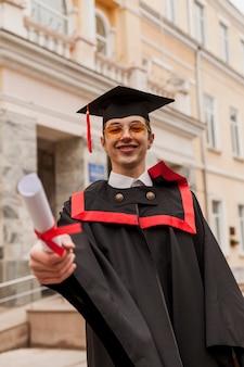 Étudiant heureux avec diplôme