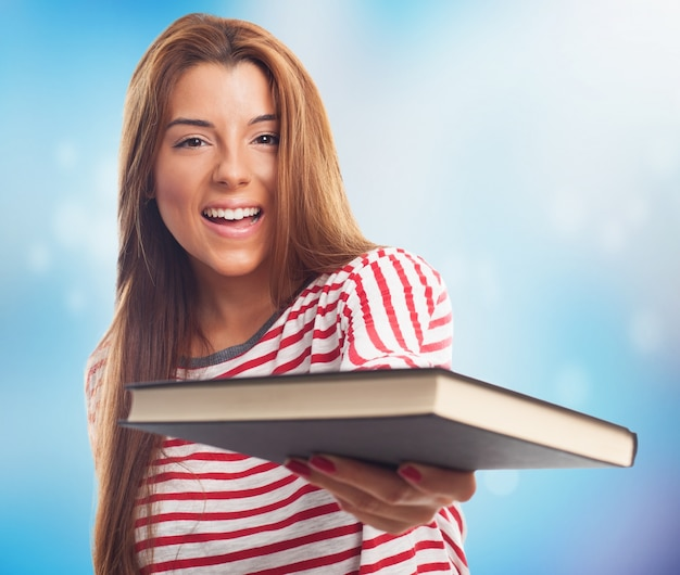 Étudiant heureux femme avec un livre dans la main