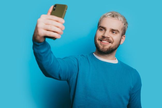 Étudiant heureux qui utilise le téléphone pour appeler sa famille