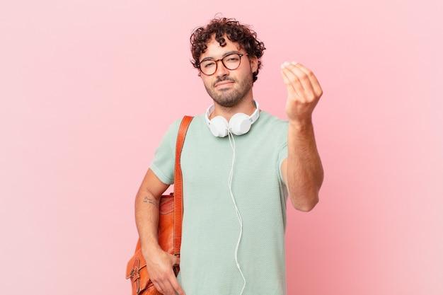 Étudiant hispanique faisant un geste de capice ou d'argent, vous disant de payer vos dettes!
