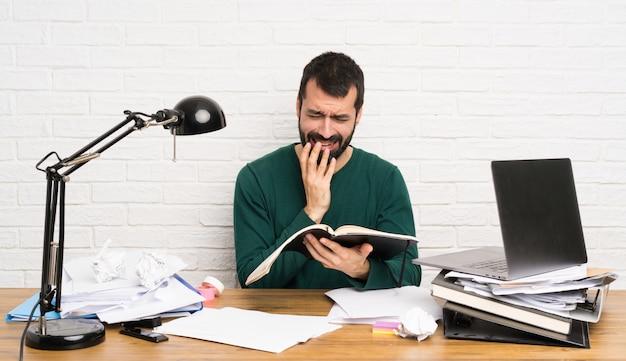 Étudiant homme stressé accablé