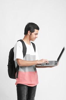 Étudiant indien à l'aide d'un ordinateur portable