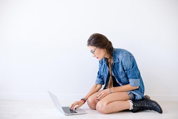 Étudiant en informatique se prépare pour les examens.