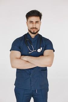 Étudiant international en médecine. homme en uniforme bleu. médecin avec stéthoscope.