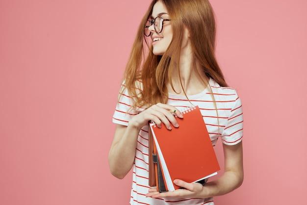 Étudiant de jeune fille avec des cahiers