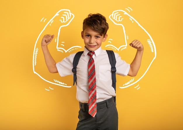 Étudiant jeune garçon agit comme un homme musclé