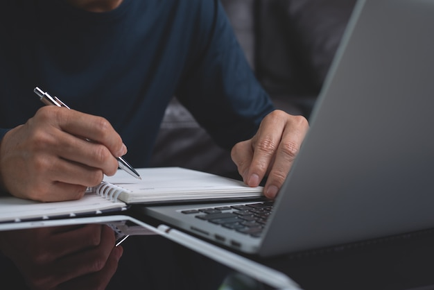 Étudiant en ligne apprenant à domicile
