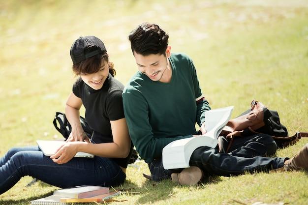 Étudiant lisait à l'extérieur et le beau temps