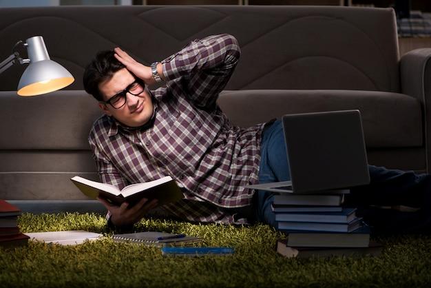 Étudiant en lisant des livres préparant des examens