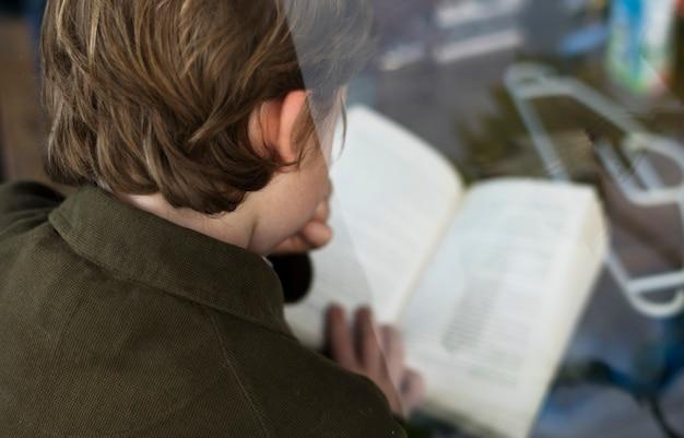 Étudiant lit un livre pour une connaissance